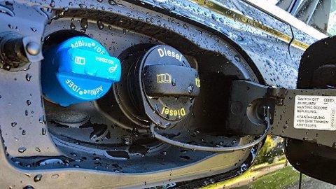 Mange biler har nå to påfyllingslokk. Et for diesel og et for AdBlue. Det siste bidrar til å redusere skadelige utslipp. Illustrasjonsfoto