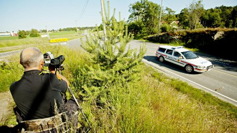 KONTROLL: Gjennom kontrollvirksomheten sin tar politiet svært mange som bruker mobiltelefonen mens de kjører vil. Siden 2008 har det blitt nesten 200.000 forelegg for dette. Foto: Scanpix