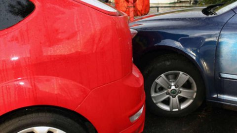 På parkeringsplassen kan det fort gå galt. Dessverre er det mange som stikker av, etter å ha laget bulker eller riper i andre biler. Illustrasjonsfoto