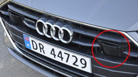 Blant det vi finner i grillen på mange nye biler er radaren som måler avstand til bilen foran. Det skal ikke mye til før denne blir skadet – og da kan det bli veldig kostbart. For ordens skyld: Bilen på dette bildet har ingen ting med det konkrete eksempelet i denne artikkelen å gjøre.