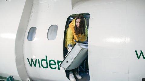 Programleder Helene Solheim i NRKs Norge Rundt på besøk hos Widerøe.