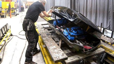 Alle takboksene i testen ble pakket med utstyret som følger med. Alle boksene er lastet likt med maksimalt tillatt last, så nær som én av boksene som ikke kan lastes med mer enn 50 kilo. Foto: NAF/Testfakta.