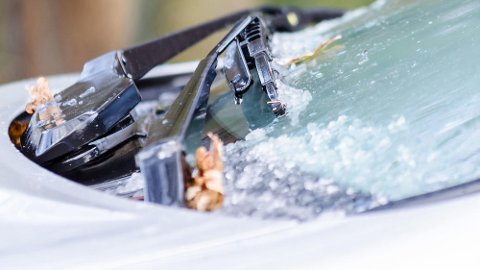 Fastfrosne viskerblader kan skape kostbare problemer i kulden. Og det dekkes ikke av bilforsikringen din. Foto: Colourbox/Tryg