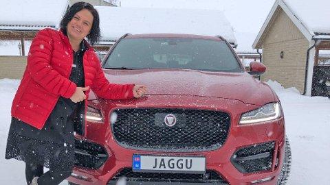Line og mannen har hatt Jaguar som drømmebil i mange år. Da drømmen ble oppfylt, sørget de også for å få et helt spesielt skilt på den. Foto: Privat.