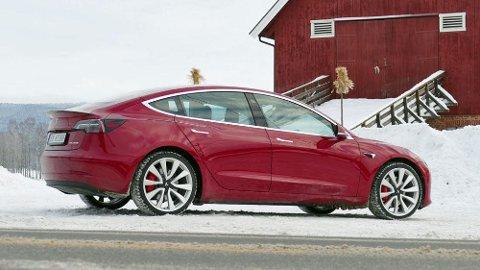 Tesla Model 3 har endelig kommet til Norge, men bare i de mest kostbare versjonene. Men nå bekrefter Tesla også at innstegsmodellene er på vei.