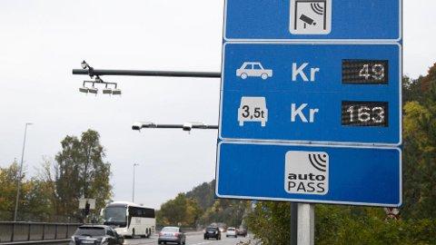 Det har lenge vært dyrt å kjøre inn til Oslo, spesielt i rushtiden. Nå kommer det en rekke nye bomstasjonser rundt om i landet, som vil merkes ppå lommeboka for mange. Foto: Scanpix