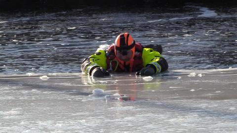 Viktig råd: Få kroppen i en vannrett posisjon før du forsøker å dra deg opp på isen igjen.