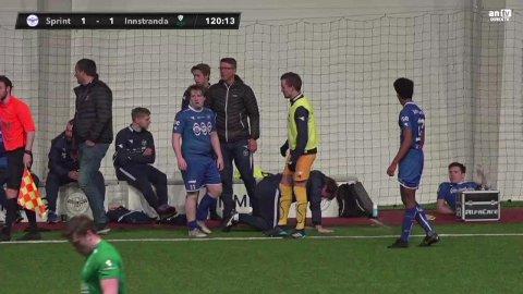 Sprint-trener Tom Erik Lund på alle fire etter dytten fra Innstrandas målscorer Markus Rafaelsen. Se video nede i artikkelen.
