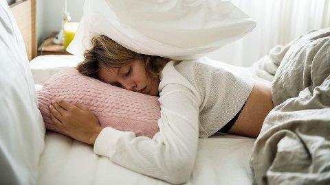 TRØTT: Det hjelper ikke å sove ut i helgene, viser ny forskning.
