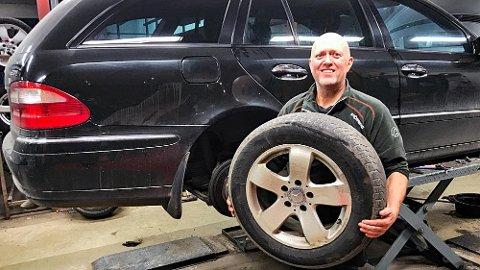 – IKKE FOR ALLE: Har du en ny og avansert bil gjør du kanskje smart i å ikke skifte hjulene selv, sier Jan Roar Heggelund hos Asker Dekk. Dekkskift er ikke nødvendigvis så enkelt lenger.