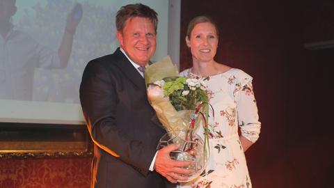 Kåre Geir Lio tar imot prisen for «Årets begeistrer». Delt ut av Heidi Tjugum.