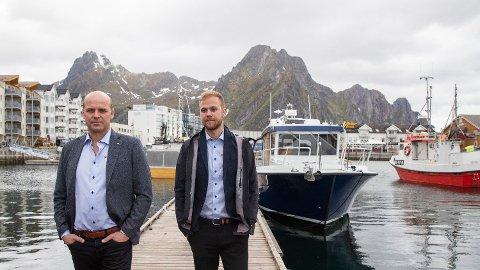 Ken Rune Bekkeli (t.v.) og Karl Erik Bekkeli i Salaks AS frykter for lokalsamfunnene etter at dødsalgen har rammet oppdretterne i nord hardt. Foto: Berit Roald (NTB scanpix)