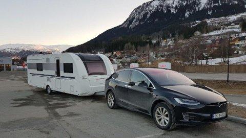 – Helt problemfritt å dra på tur med Tesla og campingvogn, forteller Morten-Christian Bernson. Foto: Privat