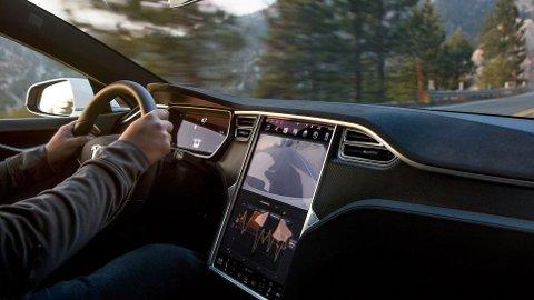 """En Tesla er langt fra """"ferdig"""" selv om den har rullet ut fra fabrikken. Bilene oppdateres nemlig kontinuerlig, nå varsler Tesla sin største programvareoppdatering noensinne."""