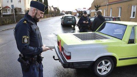 De såkalte A-traktorene er er relativt vanlig syn i Sverige. Dette er ombygde biler som bare skal kunne gå i 30 km/t. Dermed kan de også kjøres av 16-åringer med førerkort for traktor. Bilen og episoden på bildet over har ikke noe med denne saken å gjøre. Foto: Polisen.