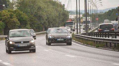 ELBIL, BENSIN ELLER DIESEL? Nesten halvparten av nordmenn er bekymret for muligheten til å lade dersom de hadde kjøpt elbil.  Foto: Fredrik Varfjell (NTB)
