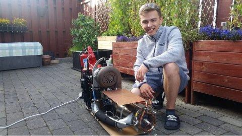 Dennis Johansen Rotvold (20) sammen med sin hjemmebygde og fungerende jetmotor.