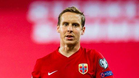 Norges Stefan Johansen under semifinalen i EM-omspillet fotball Norge og Serbia på Ullevaal stadion. Nå får han ikke spille Premier League-fotball.