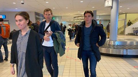 Her er Hugo Vetlesen på plass i Bodø sammen med sin agent Bjørn Tore Kvarme. De ble hentet av Regine Boym fra Bodø/Glimt på flyplassen mandag formiddag. Foto: Stian Høgland
