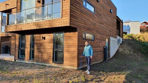 Kjip situasjon: Ragnar Hansen (45) bygde nytt hus sammen med familien i god tro om at de gjorde et godt valg, men nå viser det seg at de inngikk en avtale som ikke blir overholdt fra selskapets side.