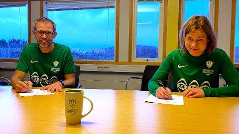 Daglig leder i Innstranda Trond Vegard Seivåg  og konsernsjef i SKS, Liina Veerme, signerte en treårsavtale tirsdag. Foto: Stian Høgland