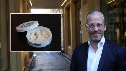 SNUSGARANTI: Markus Lindblad er sjef i Snuslageret.no som dominerer det norske nettmarkedet. Han gir en garanti på at snusen vil koste 63 kroner om Frp får gjennomslag i budsjettforhandlingene. Foto: Espen Teigen (Nettavisen)
