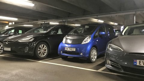 Parkeringplasser og parkeringshus kan være en skikkelig utfordring for mange. De kan være både trange og uoversiktlige. Det blir det fort skader av.