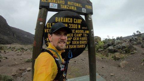 Øystein Haugen (37) fra Bodø besteg Kilimanjaro tre ganger på én uke. Her utenfor Baranco camp.