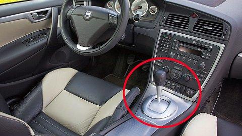 Det er langt mellom nye biler som selges med manuell girkasse, nå er det automat som gjelder for nesten alle kjøperne. Denne manuelle løsningen kommer forresten fra Volvo.