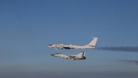 Et russisk Mikoyan MiG-31 (nederst, kallenavn Foxhound) og et Tupolev Tu-142 (NATO-kallenavn Bear J) fotografert utenfor norsk luftrom lørdag 7. mars 2020. Foto: Luftforsvaret