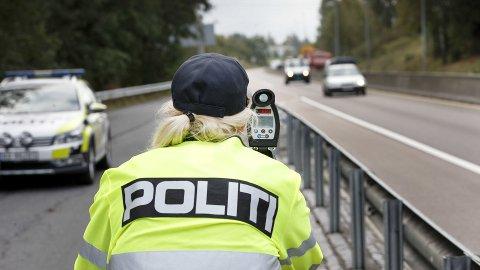 Det er særlig i 80-sonen at norske bilister innrømmer at de er harde på gassen. 83 prosent svarer at de bryter fartsgrensen «nesten alltid» eller «av og til». Illustrasjonsfoto: Scanpix.
