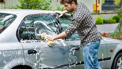 TRIVELIG: Mange synes bilvasken er en trivelig jobb, men flere steder er det faktisk forbudt å vaske bilen hjemme. Illustrasjonsfoto