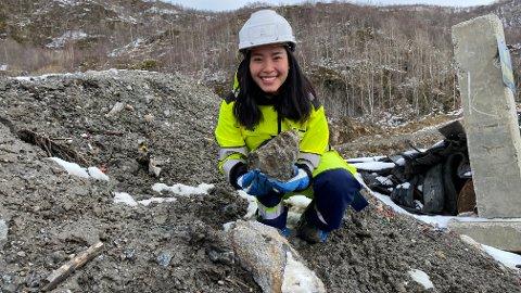 TRIVES GODT: Anh Quynh Nguyen trives i sin nye rolle i Iris Produksjon som kjemi- og miljøingeniør. Et viktig prosjekt nå er å få all stein over 2,5 centimeter ut av de forurensede massene som legges på deponiet og gjøre det til en salgbare vare.