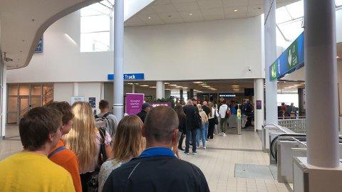LANGE KØER: Lange køer på Bodø lufthavn onsdag formiddag.