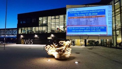En skoleelev reagerer på de nye reglene i kantina på Bodø videregående skole.