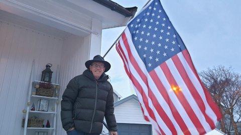 Rick Kirkham flagget det amerikanske flagget hjemme i Bodø etter innsettelsen av Joe Biden som USAs 46. president. – Nå er stoltheten over landet og flagget mitt tilbake.