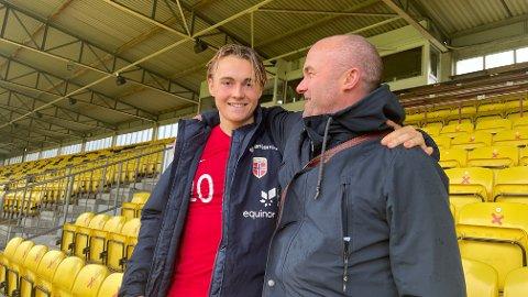 Glimt-trener Robert Hauge sammen med utleide Elias Hoff Melkersen etter U20-landskampen mot Polen på Åråsen mandag.