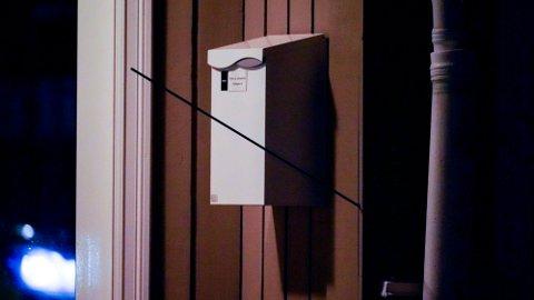 BEVIS: En pil står i en vegg etter at en person beveget seg rundt med et våpen som skal ha vært en pil og bue i Kongsberg sentrum.