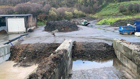 Bildet viser binger i Vikan der Iris tar imot slam som skal komposteres. Bak til høyre ser man rankene der avløpsslam blir kompostert.