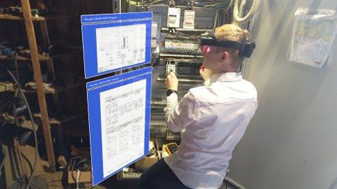Klar plan: Her ser vi den nye forretningsidéen i bruk. Dette er altså Microsoft sine Hololens2 briller i bruk, som fem studenter har utviklet programvare til. Målet er at brillene skal gjøre arbeidshverdagen lettere for ansatte i en rekke bedrifter i ulike bransjer.