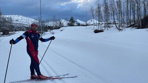 Det har kommet over to kilometer med løyper i Aktivitetsarena Valnesfjord. Her er Mathias Djupvik i den gamle lysløypa, med en av de nye traséene rett ved siden. Foto: Stian Høgland