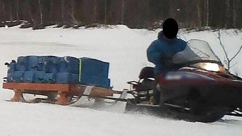 Ved hjelp av snøscooter ble det fraktet snus over grensen.