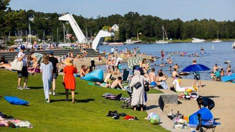 Mange i Sør-Norge har benyttet sommervarmen til soling og avkjølende bading den siste uka, som her på Kaddetangen i Bærum.