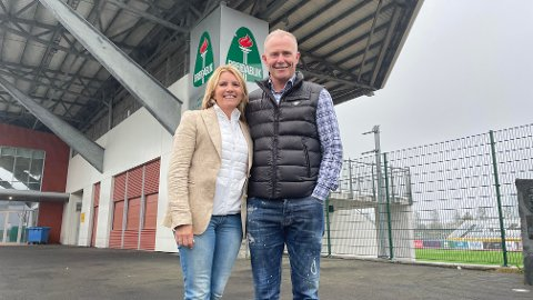 Mamma Hrönn Sveinsdottir og pappa Bergsveinn Sampsted utenfor stadionanlegget til Breidablik, hvor sønnen Alfons spilte si store deler av barndommen.