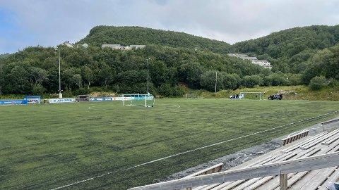 Dette kunstgressdekket er blitt 12 år gammelt, og fikk slakt i forbindelse med cupkampen mellom Junkeren og Bodø/Glimt søndag.