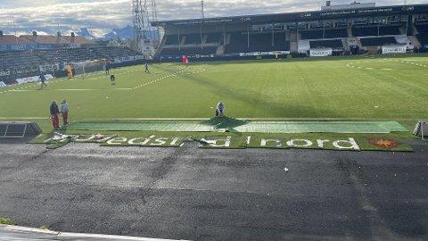 """Rett før helga ble """"Hovedstad i Nord""""-reklamen som har prydet Aspmyra de siste årene fjernet, etter krav fra UEFA. Foto: Stian Høgland"""