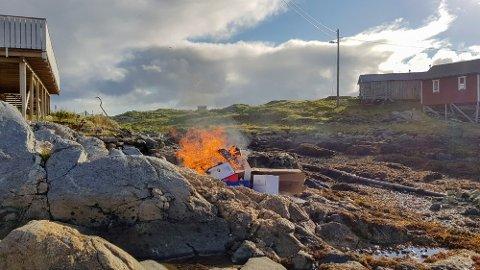 AVFALLSHÅNDTERING: På Givær brenner de avfallet, fordi det ikke finnes noen annen løsning.