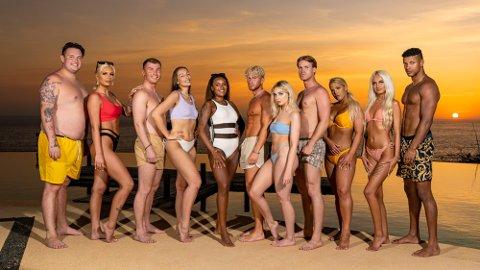 Sandra Bury (nummer fem fra høyre) deltar i kommende sesong av Paradise Hotel. Det gjør også Lukas Whittaker (nummer seks fra høyre) fra Sortland.