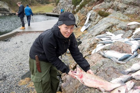 Regine Emilie Mathisen i Askøy Jeger- og Fiskerforening er svært bekymret over at den rømte oppdrettsfisken er syk.