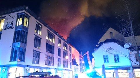 Det brenner i flere hus i et trangt smau i Bergen. BA-leseren som tok dette bildet gikk forbi klokken 0715.